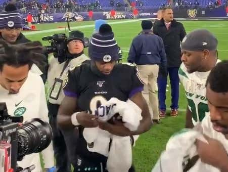 Lamar Jackson Handing Out a Stack of His Jerseys to Jets Players Said Everything About the 2019 Season