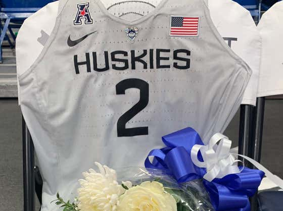 UConn Women's Hoops Team Leaves An Honorary Jersey On The Bench For GiGi Bryant Before Its Game vs Team USA #MambacitaForever