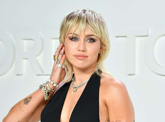 """Do Your Part! Miley Cyrus Tells Howard Stern That She Only Has """"Virtual Sex"""" In Order To Prevent The Spread Of COVID"""