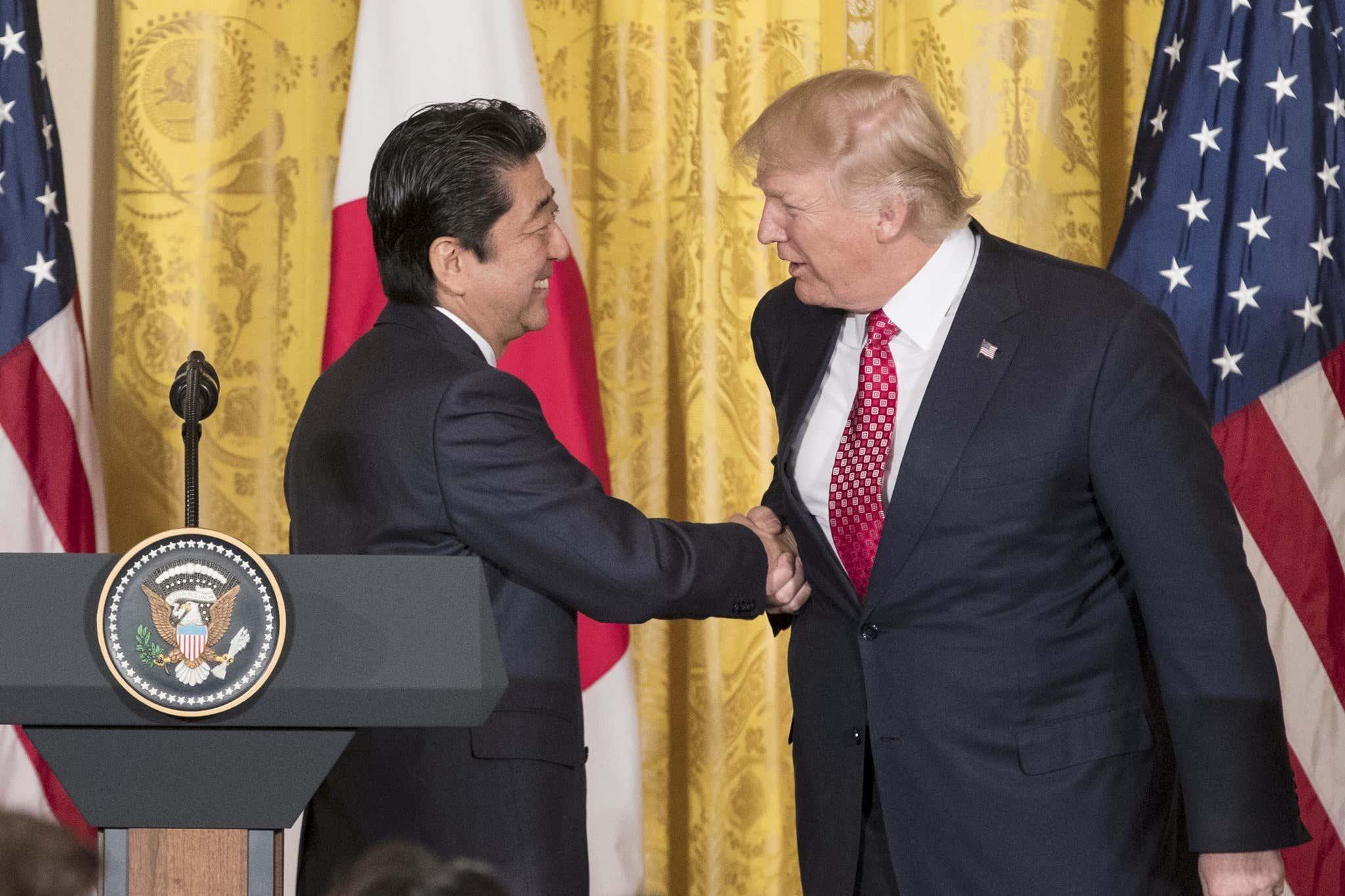 ct-donald-trump-handshakes-arm-pull-20170216