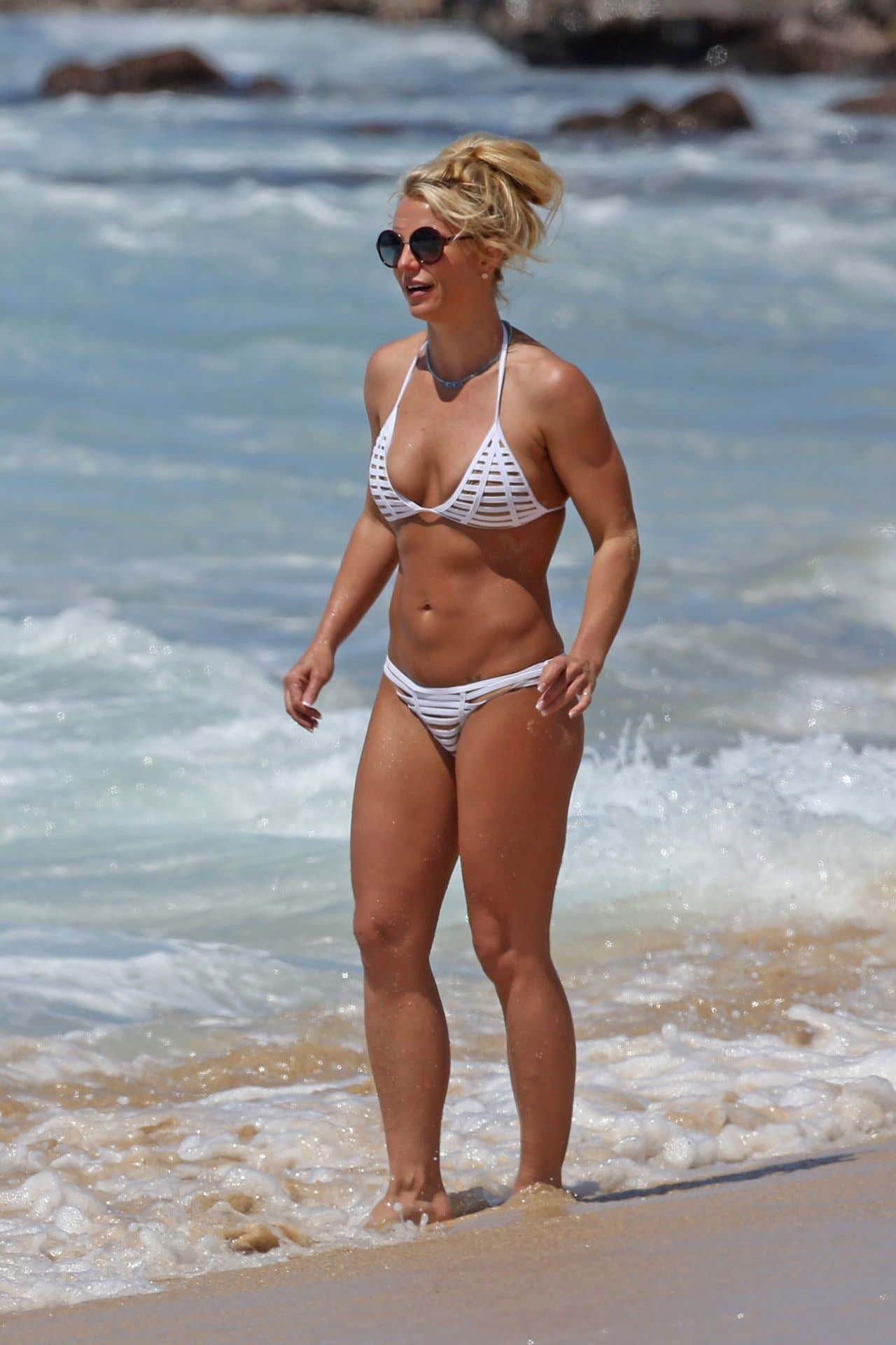 britney-spears-beach-bikini-fun-in-kauai-hawaii-april-2017-1