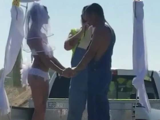 """Florida Couple Say Vows On Bed Of Pickup Truck During Beautiful Wedding At """"Redneck Mud Park"""""""
