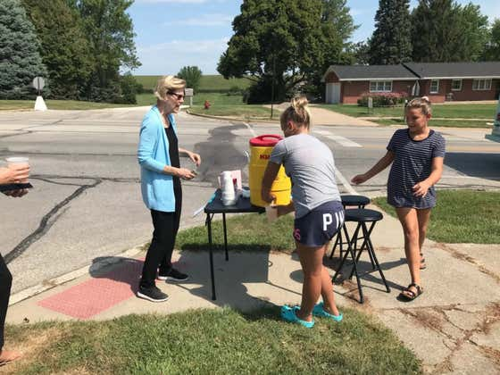 The People Freaking Out About An Iowa Girl Charging Elizabeth Warren $7 For Lemonade Don't Understand How Capitalism Works
