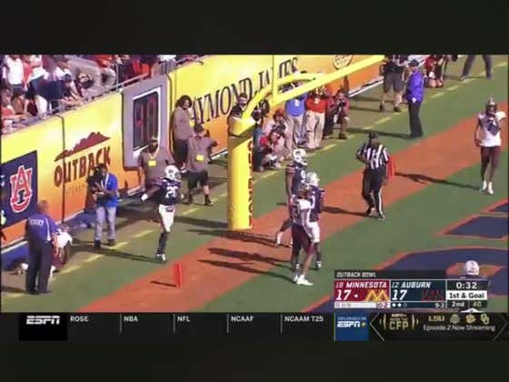 Tyler Johnson with a crazy TD catch with 37 seconds left in the half to give Minnesota (+225 ML) a 24-17 lead.